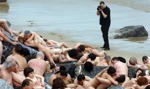 El fotógrafo de Nueva York Spencer Tunick trabaja en uno de sus multitudinarios desnudos en la playa de la Zurriola de San Sebastián.