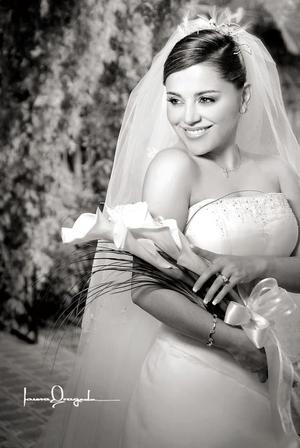 Srita. Laura Leticia Torres Romo, el día de su enlace nupcial con el Sr. José Efrén Samaniego Ayala.  <p> <i>Estudio: Laura Grageda</i>