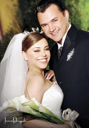 Sr. José Efrén Samaniego Ayala y Srita. Laura Leticia Torres Romo contrajeron matrimonio en la parroquia de la Virgen de le Encarnación, el sábado 18 de marzo de 2006.  <p> <i>Estudio: Laura Grageda</i>