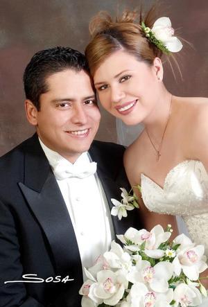 Sr. Lucas Gerardo Ramos Dávila y Srita. Gloria Angélica Saucedo Ibarra recibieron la bendición nupcial en la parroquia de Divino Niño el 18 de marzo de 2006.   <p> <i>Estudio: Sosa</i>