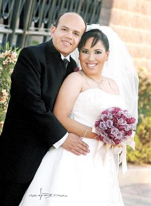 Sr. Ricardo J. Cárdenas Ramírez y Srita. Anaí Flores Silva contrajeron matrimonio en la parroquia de San Pedro Apóstol el viernes 31 de marzo de 2006. <p> <i>Estudio: Maqueda</i>