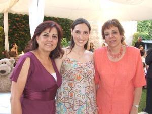 04052006 A la festejada la acompañan su suegra, Rosa Sánchez Herrero y su mamá, Rosa María Tatay de Martínez.