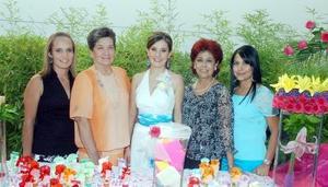 05052006  La futura novia acompañada por Ana Marcela Ortega de García, Blanca Cecilia García de Ortega, Rocío Lazalde de Múzquiz y Rocío Múzquiz.