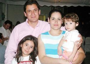 06052006  César Berumen y Alejandra Frías de Berumen con sus hijas Fernanda y Mónica, captados en pasado festejo social