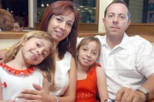 07062006  Diana de Gavela y Mario Gavela con sus hijas, Andrea y Melissa.