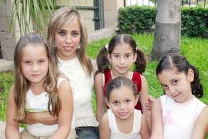 07062006  Emma de Sifuentes, Ángela de la Parra Estrella, Paula Lechuga González, Ángela Quintero y Ana Victoria Soto, en reciente festejo.