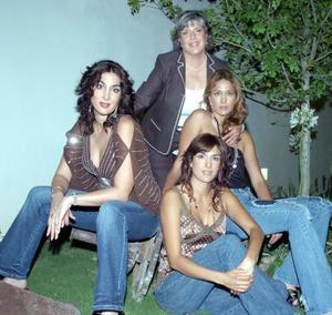 10052006   Señora Silvia Villarreal de Salmón con sus hijas Chacha, Mónica y Deborah