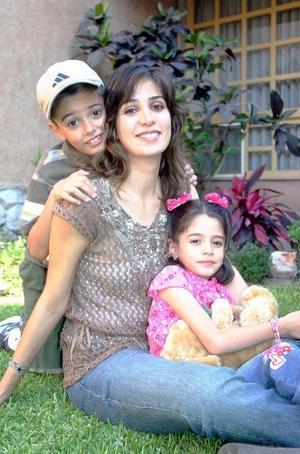 10052006  Gina Salmón de Cobián con sus hios Fernando y Luisa
