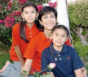 10052006   Luisa María Fernández de Huerta con sus hijos Carlos y Paulina