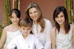 10052006  Astrid Martínez de Algara junto a sus hijos Astrid, Isabela y José Manuel Algara Martínez.