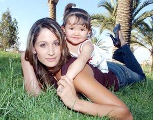 10052006 Baneli Carrasco de Marban junto a su hija Nicole.