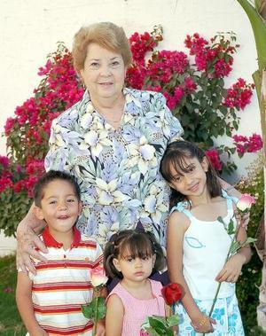 10052006  Como una verdadera mamá, Lily Téllez de Góngora junto asus nietos, Luisa, Abelardo y María Paula Rodríguez Góngora.