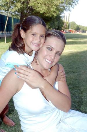 10052006 Laura Urrea de González junto a su hija Alexia.