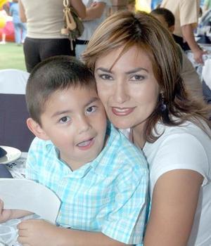 10052006  Luly Cueva de Arias, con su hijo Óscar Arias Cuevas.