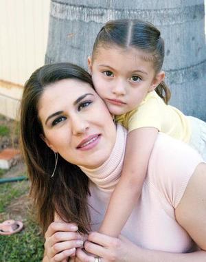 10052006  Martha Chávez de Montellano junto a su pequeña Maraiana.