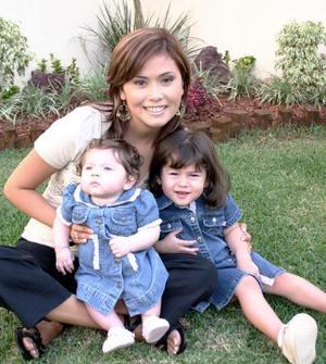 10052006  Massiel Manzanera, con sus pequeñas hijas Daniela e Isabella Anaya Manzanera.