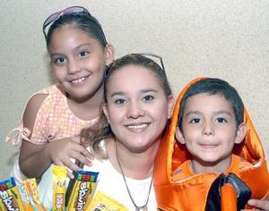 10052006  Montserrat de Guzmán, con sus niños Ricky y Mariel.