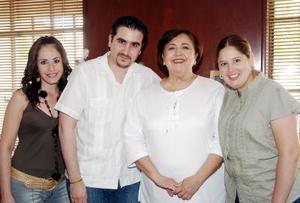 10052006  Patricia Arriaga de González, en la grata compañía de sus hijos Patricia, María del Pilar y Fernando González Arriaga.