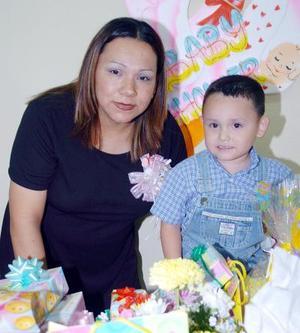 10052006  Sara Cuéllar de Rodríguez acompañada por su pequeño hijo, en la fiesta de regalos que le ofrecieron por el próximo nacimiento de su segundo hijo.