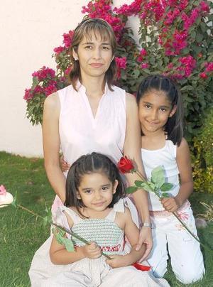 10052006  Pilar Fernández de Flores, con sus hijas Luisa Cecilia y Andrea Flores