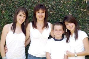 10052006  Verónica Flores de Navarrete junto a sus hijos, Bárbara, Mariana y Jorge Navarrete Flores.
