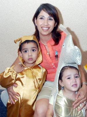 10052006  Yadira Cháirez de Juárez, acompañada de sus pequeños Braulio y Regina Juárez Cháirez.