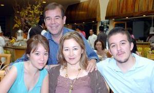 11052006  Invitación a desayunar le hicieron a Lulú de Velasco su esposo Manuel Velasco y sus hijos Paulina y Manolo