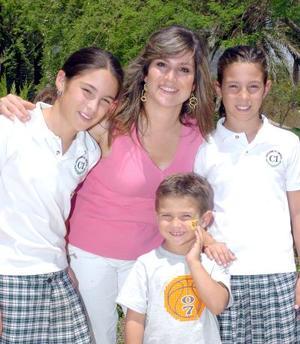 12052006  Lorena de Vargas con sus hijos Lorena, Sofía y Alfonso.