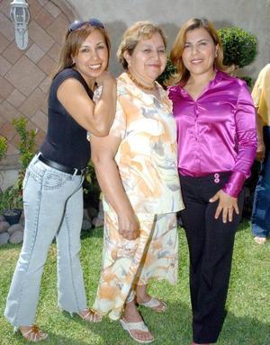 13052006   Carlota de Canales, Lolis y Lorena Canales