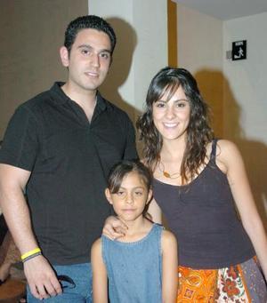 14052006  Nadia y Claudia Valdez con Juan Cruz.