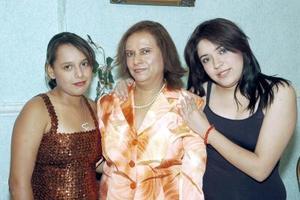 15052006  Con motivo de su cumpleaños, la señora María Guadalupe Arenas Alvarado fue festejada con una reunión, por sus hijas Guadalupe Jimena y Karla Paola Márquez.
