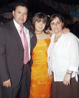 18052006  Lucía junto a sus papás Francisco Moncholi Valadez y Cecilia Eraña de Moncholi.