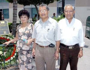 18052006  Sergio, Socorro y Manuel Lee Soriano, el último de ellos presidente de la Unión Fraternal China de La Laguna.
