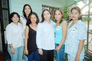 20052006   Laura del Carmen Soto Sosa acompañada por un grupo de amigas en la reunión de canastilla en su honor.