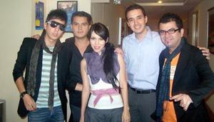 21052006  Denisse, Richie y Édgar, mejor conocidos como Belanova, con Aldo Magallanes Javier Rocha, antes de la actuación del grupo en Torreón