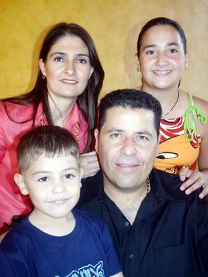 21052006  Fernando Kabande García e Ivonne Habib de Kabande, con sus hijos Anwar y Karime