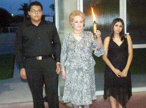 21052006  Sra. Enriqueta Reed de Murra porta el fuego del Centenario, la acompañan los ex alumnos Martín y Nubia