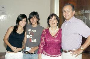 21052006  Mariana Díaz, Arturo Bejarano, Elsa de Díaz y Jorge A. Díaz.