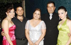 21052006  Verónica, José de Jesús y Alejandra de la Torre Sánchez con sus papás José Guadalupe y Verónica, que festejaron con una misa y recepción sus Bodas de Plata.