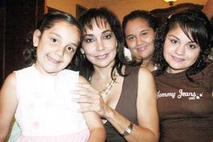 22052006  Liliana Estrella con sus hijas Ana, Liliana y Mariana Soto Estrella.