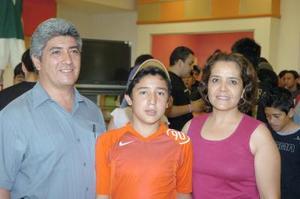 28052006  Eduardo Ortiz, Eduardo Enríquez y Mirna de Ortiz.