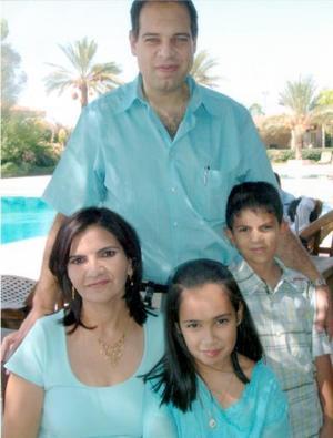 28052006  Fernando Zablah Murra y Nancy Zarzar de Zablah con sus hijos Nancy y Fernando.