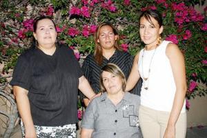 29052006  Elsa Rojas disfrutó de una fiesta de cumpleaños, que le organizaron sus hijas.