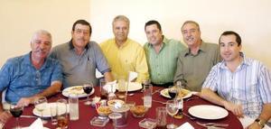 30052006  El festejado Sergio Cordero con sus invitados Arturo Lozano, Manuel Velasco, César Villarreal, Feliciano Cordero y José Cordero.