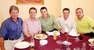 30052006  Guillermo Saldaña, Mario Díaz, Emigdio Chávez y Arturo Salinas acompañan al cumpleañero.