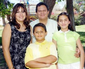 30052006  Pablo Iván Jardón Santibáñez, acompañado de sus papás Remigio Jardón y Norma Grisel Santibáñez de Jardón y hermana Bárbara.