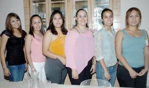 31052006  Amigas acompañan a Mary Carmen Díaz Rivera, en la despedida de soltera que se le ofreció en días pasados.