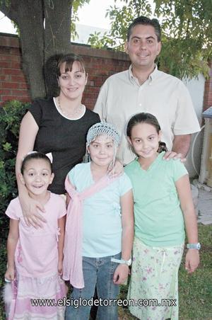 APAGA UNA VELA MÁS La festejada junto a sus padres Carlos Santos y Hannya de Santos, así como sus hermanas Ana Elisa y Melissa Santos Romo.