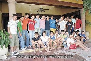 DIVERTIDO CUMPLEAÑOS Javier González Sama junto a todos sus amigos en el día de su cumpleaños.
