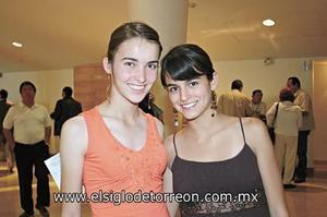 <I>DISFRUTANDO EL SHOW DE ROGELIO RAMOS</I><P> Pilar y Cecy González.